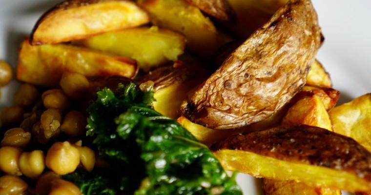 Grünkohl mit Kichererbsen und Kartoffel-Wedges