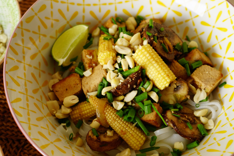 Marinierter Tofu mit Thai-Frühlingszwiebeln und Baby-Maiskolben