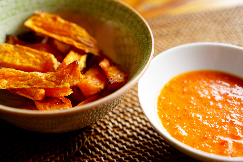 Süßkartoffelsticks mit Paprikadip