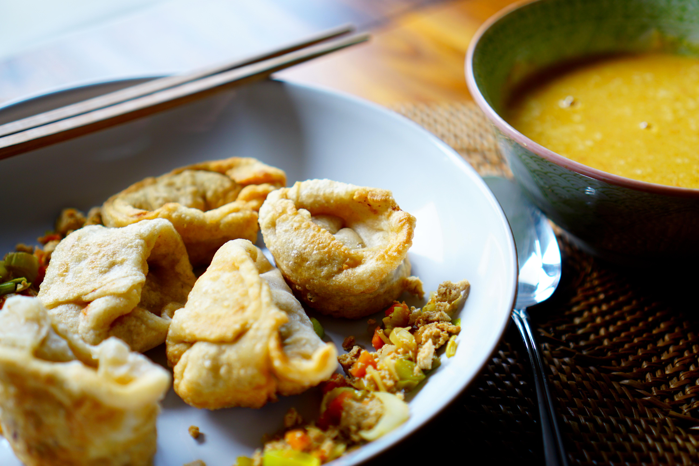 Frittierte Wan Tan mit Lauchfüllung und Linsen-Kokossuppe