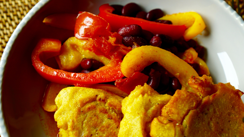 Maisküchlein mit Paprika-Chili-Gemüse