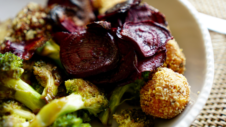 Geröstete Rote Beete mit Tofubällchen und Sesamsauce