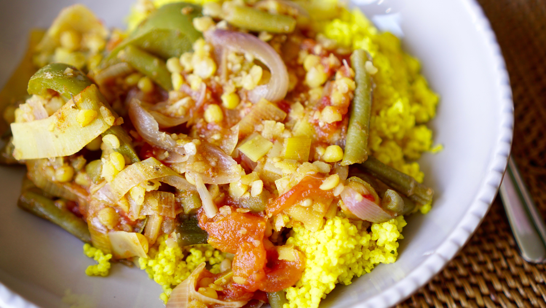 Gemüsetopf mit Aprikosen und Kurkuma-Hirse