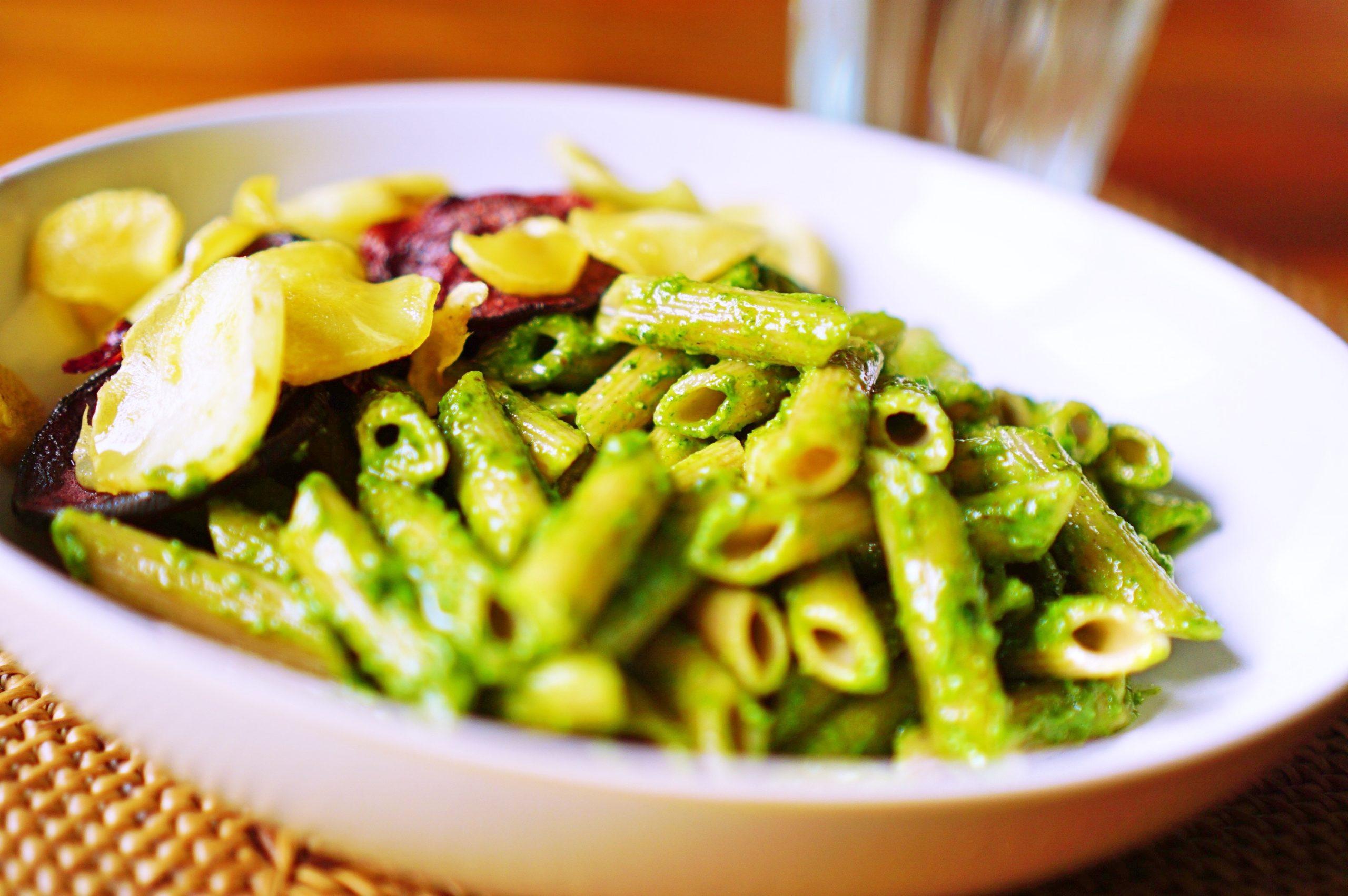 Pasta mit Spinat-Pesto und Ofengemüse