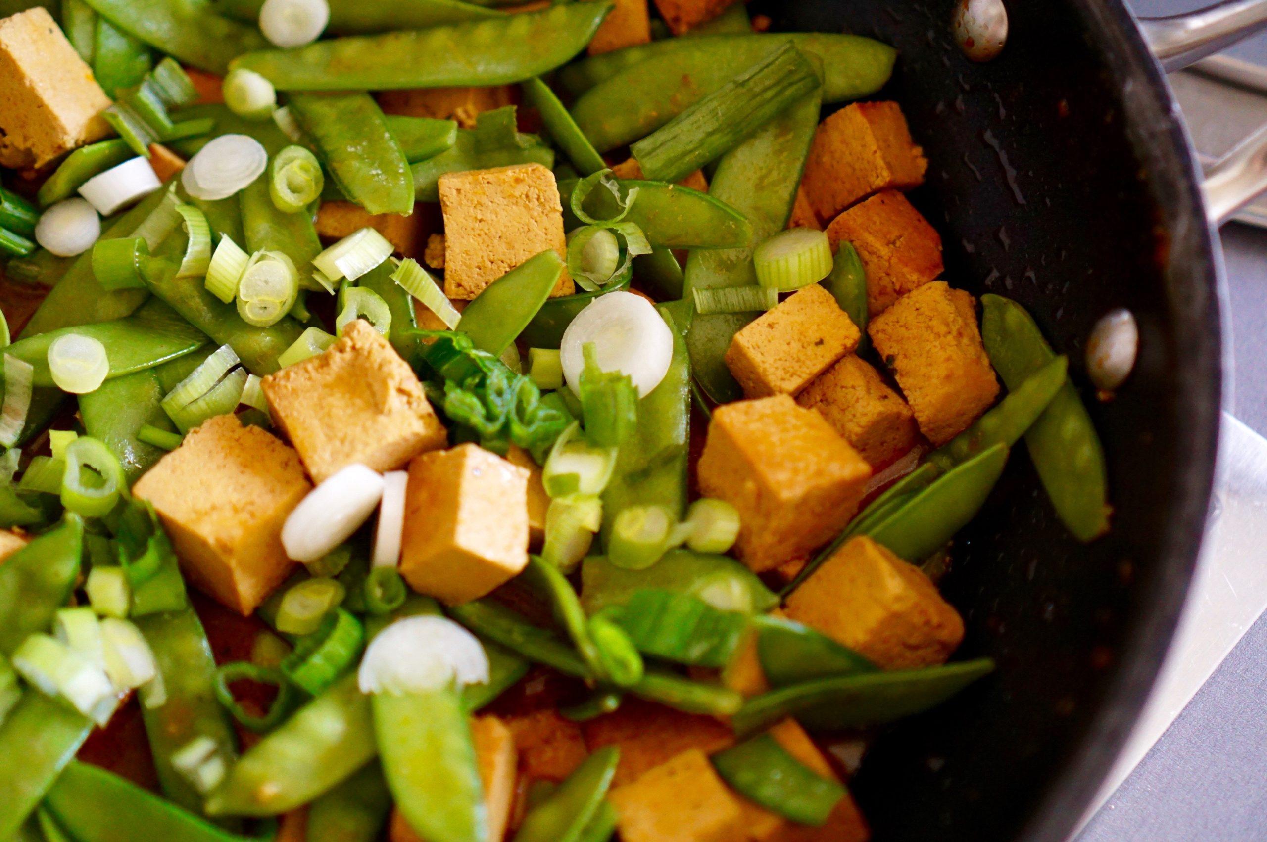 Tofu und Zuckerschoten in Currysauce