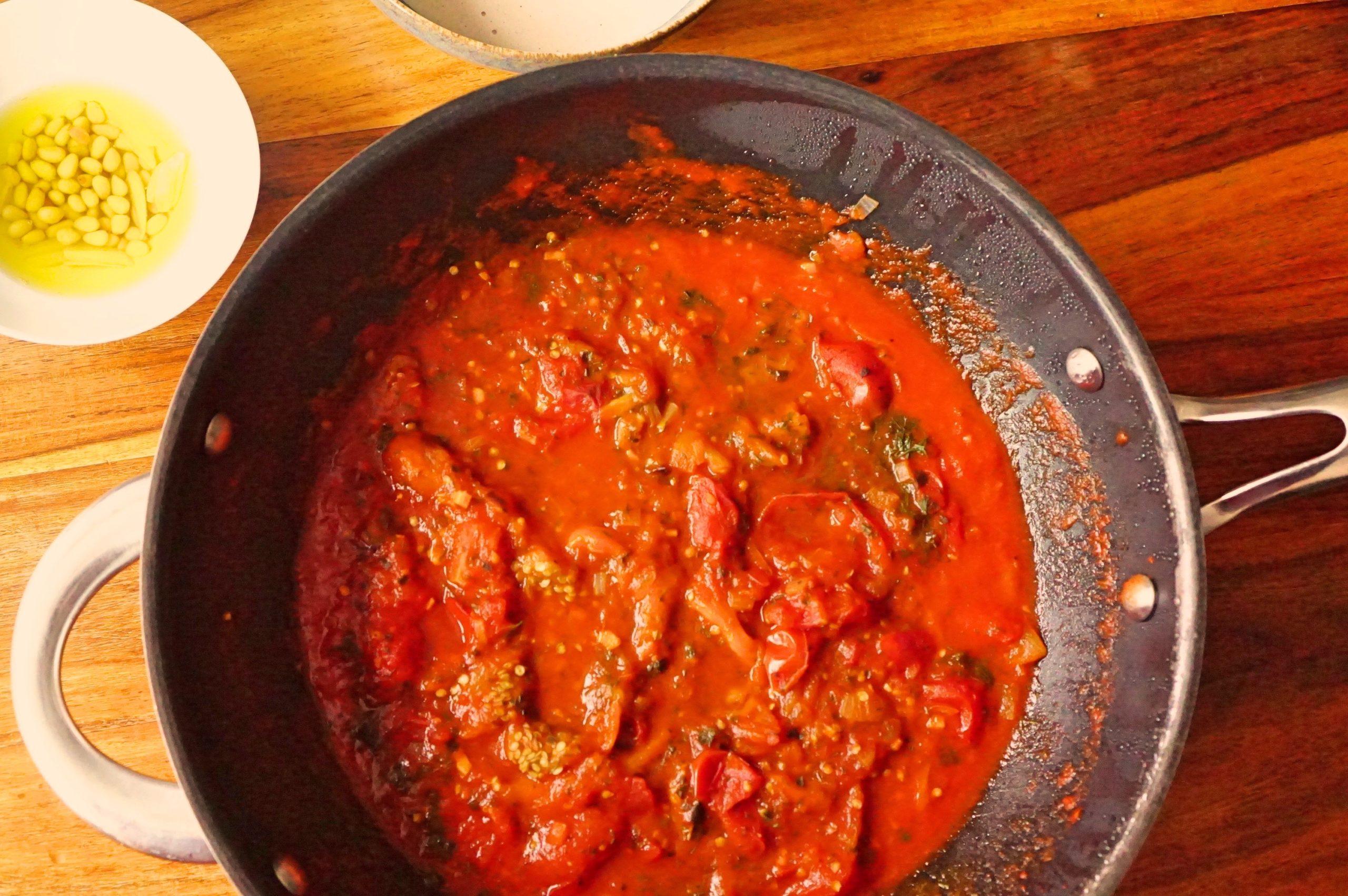 Gegrillte Aubergine in Tomatensauce mit Tahini